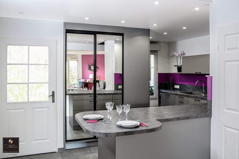 cuisine grise effet inox avec poign e chrom noire cuisine et confidences. Black Bedroom Furniture Sets. Home Design Ideas